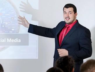 Felix Ebner bei einem Vortrag über die Gefahren in sozialen Netzwerken © Privat (Nutzung in den Calwer Notizen erlaubt)